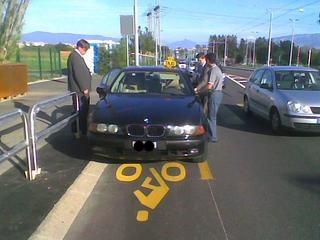 BMW auf Radweg Genf
