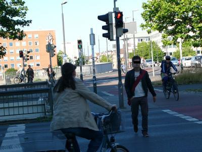 Typische FuÃ�gänger*innen/Fahrrad Ampel-Situation: Für eine Kreuzung drei Ampeln - wenn es blöd läuft drei mal warten. Macht natürlich kein Schwein - weder zu FuÃ� noch mit Rad ...